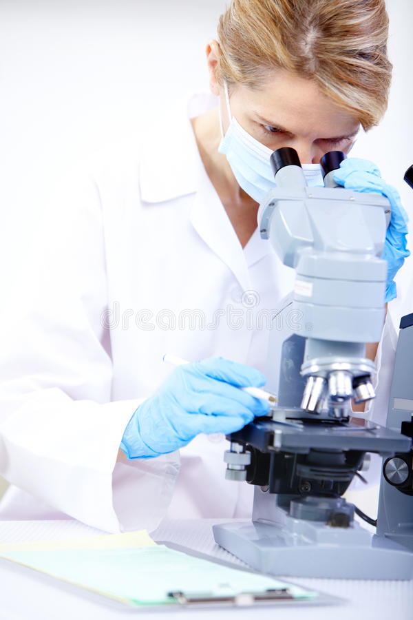 Frau mit Mikroskop stockbilder