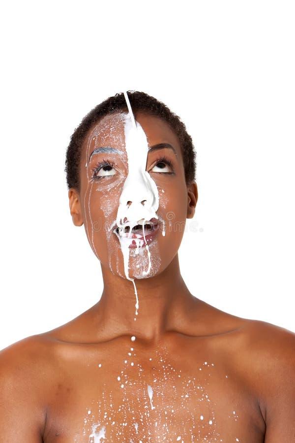 Frau mit Milch stockbild