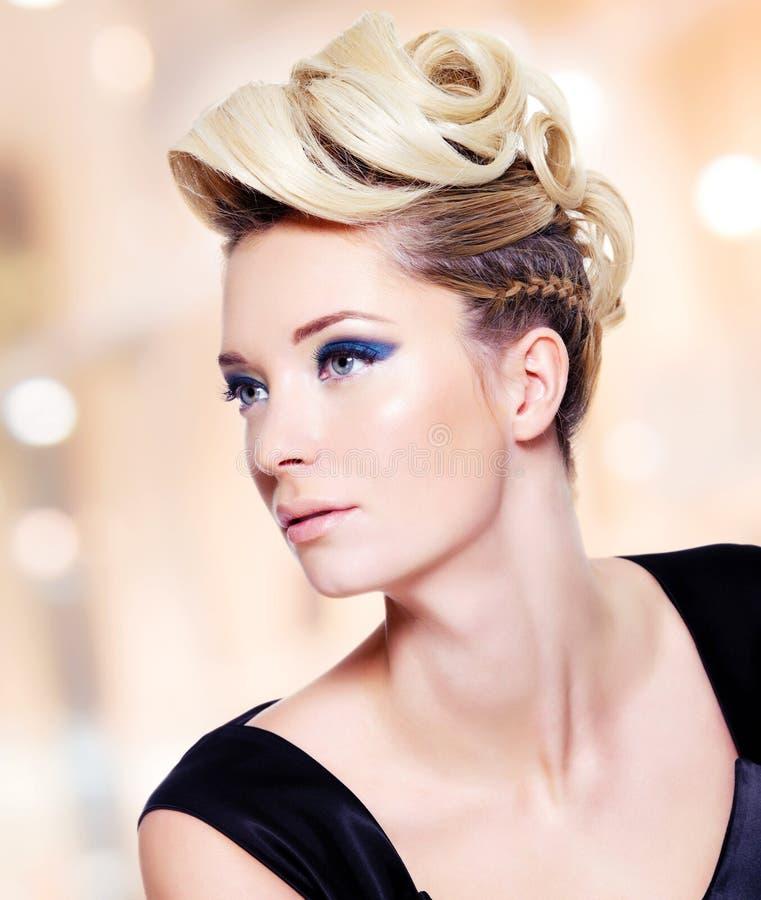 Frau mit Modefrisur und Make-up des blauen Auges lizenzfreie stockbilder