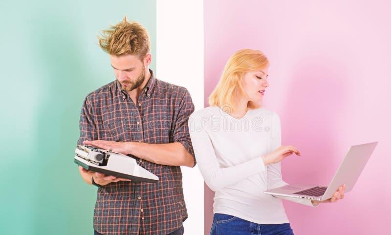 Frau mit modernem Laptop und Mann mit alter Retro- Schreibmaschine Warum Sie überholt halten anzufüllen Werden Sie Kram los gebra lizenzfreie stockfotografie