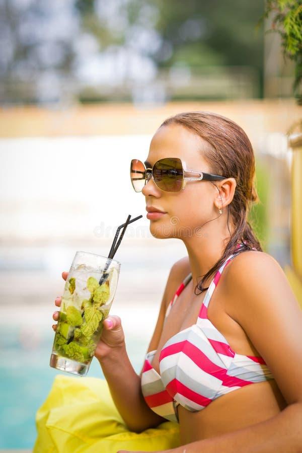 Frau mit mojito Getränk im Bikini stockbild