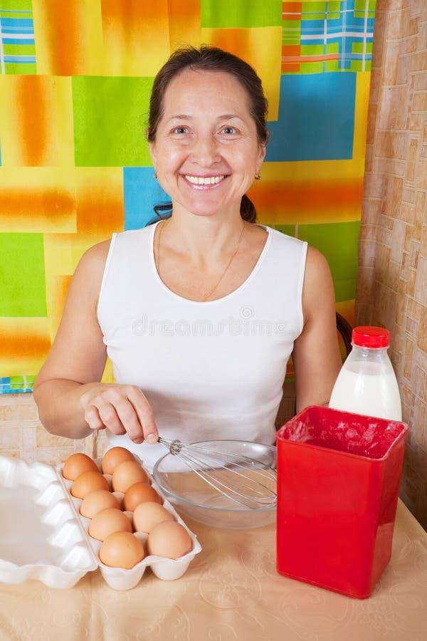 Frau mit Nahrungsmitteln für Omelett stockfoto