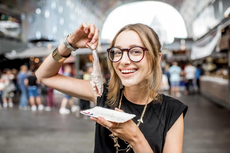 Frau mit niederländischen Heringen lizenzfreies stockbild