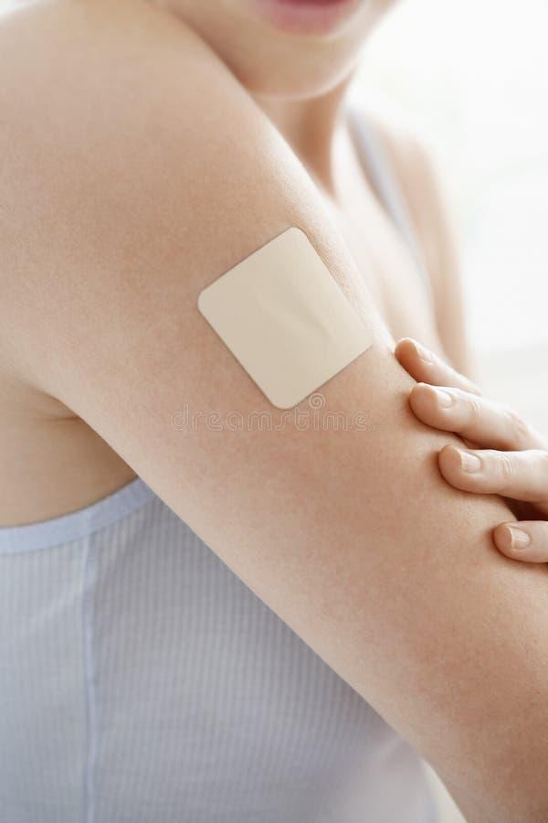Frau mit Nikotin-Flecken auf Arm stockfoto