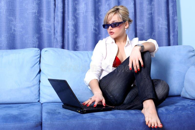 Frau mit Notizbuch lizenzfreies stockfoto