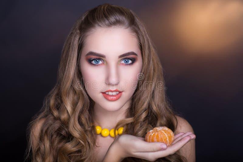 Frau mit Orange lizenzfreie stockfotos