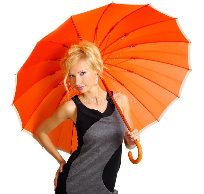 Frau mit orange Regenschirm lizenzfreie stockfotografie