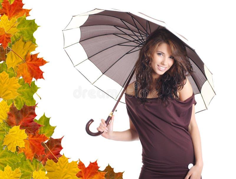 Frau mit orange Regenschirm. Lässt Hintergrund lizenzfreie stockfotografie