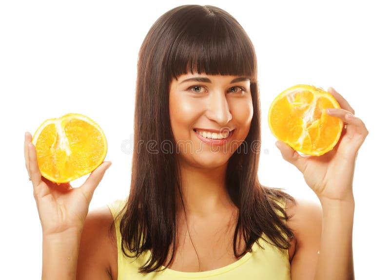Frau mit Orangen in ihrem Handstudioporträt lokalisiert auf Whit stockbilder