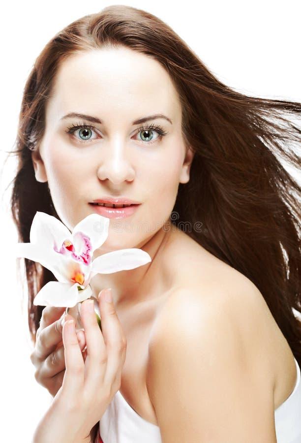 Frau mit Orchideenblume lizenzfreie stockfotografie