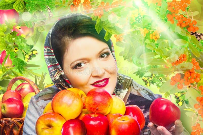 Frau mit organischem Apfel stockbilder
