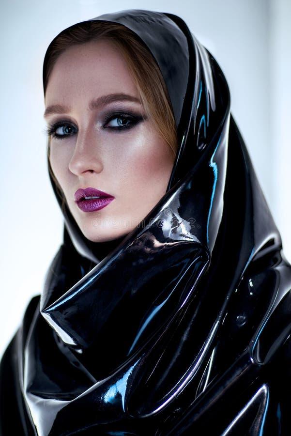 Frau mit orientalischem Make-up und schwarzem Latex hijab lizenzfreie stockfotografie