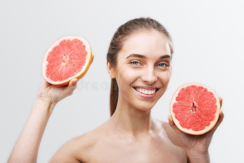 Frau mit Pampelmuse stockfoto