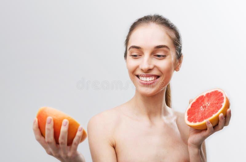 Frau mit Pampelmuse stockfotografie