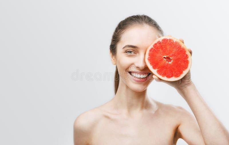 Frau mit Pampelmuse stockfotos