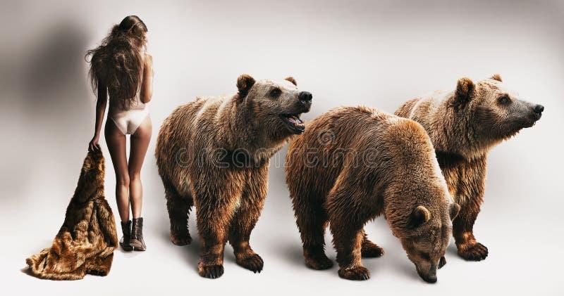 Frau mit Pelzmantel und drei Bären lizenzfreies stockbild