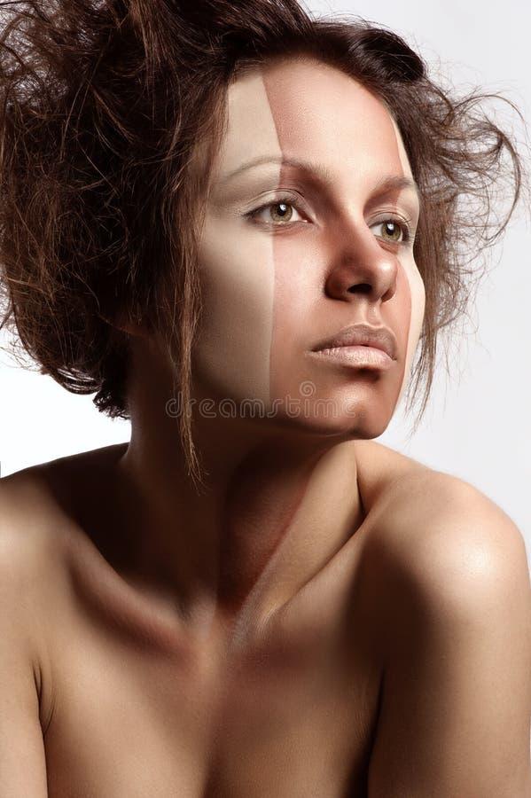 Frau mit perfektem Make-up und Frisur stockfotos