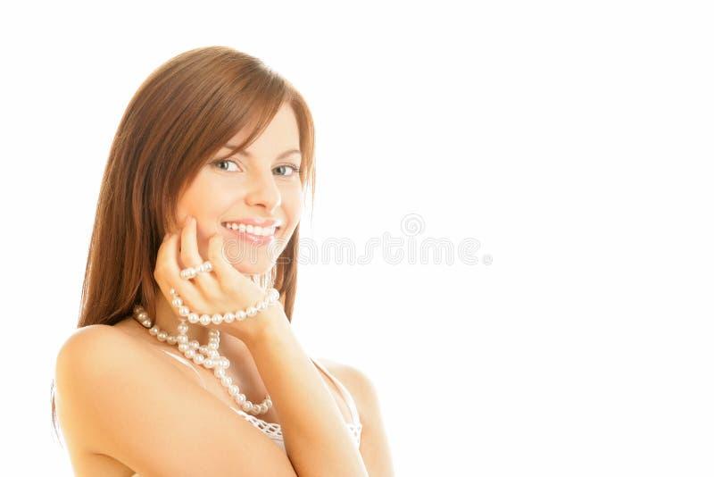 Frau mit Perlenhalskette stockbild
