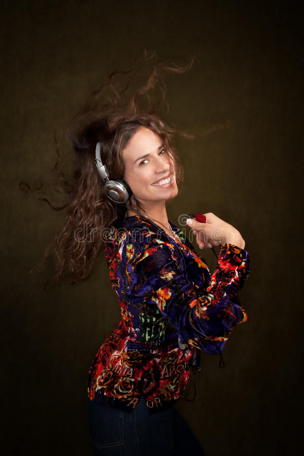 Frau mit persönlicher hörender Einheit lizenzfreie stockfotografie