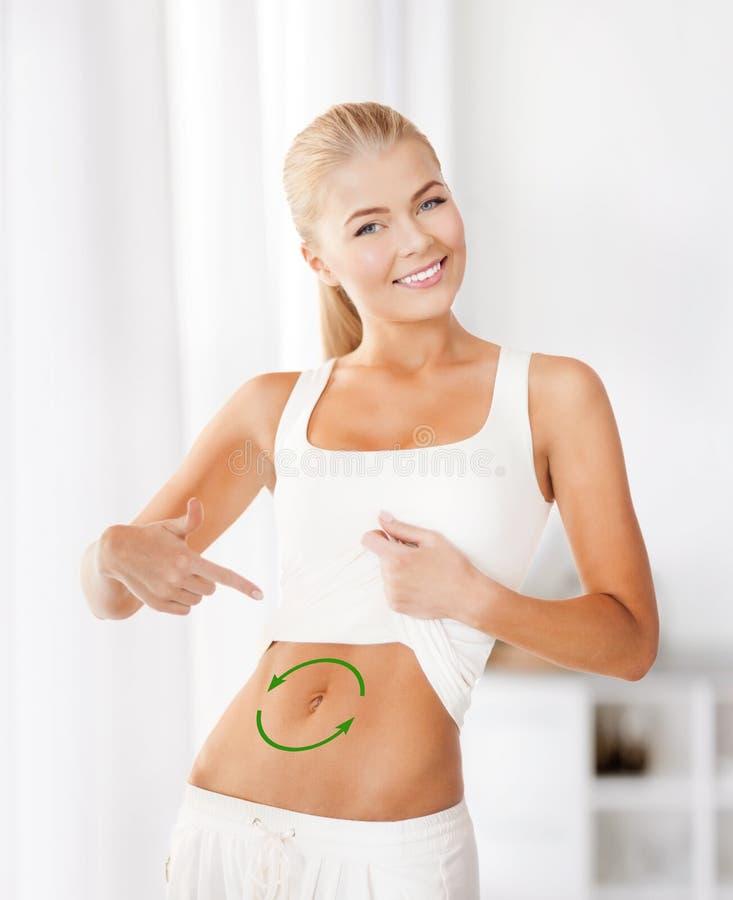 Frau mit Pfeilen auf ihrem Magen lizenzfreie stockfotos