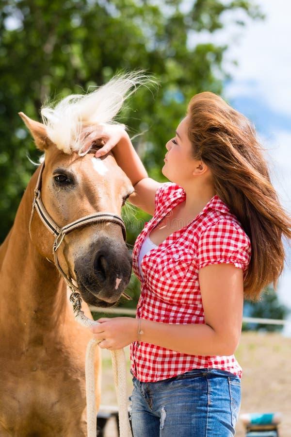 Frau Mit Pferd Auf Ponybauernhof Stockfoto - Bild von