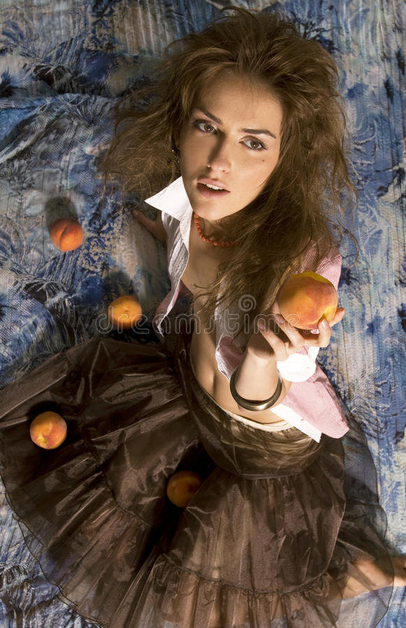 Frau mit Pfirsich lizenzfreies stockfoto