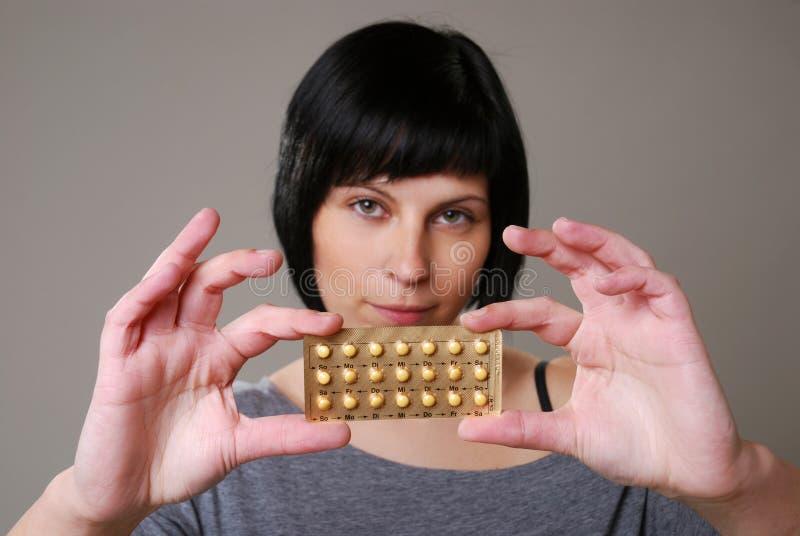 Frau mit Pille lizenzfreies stockbild