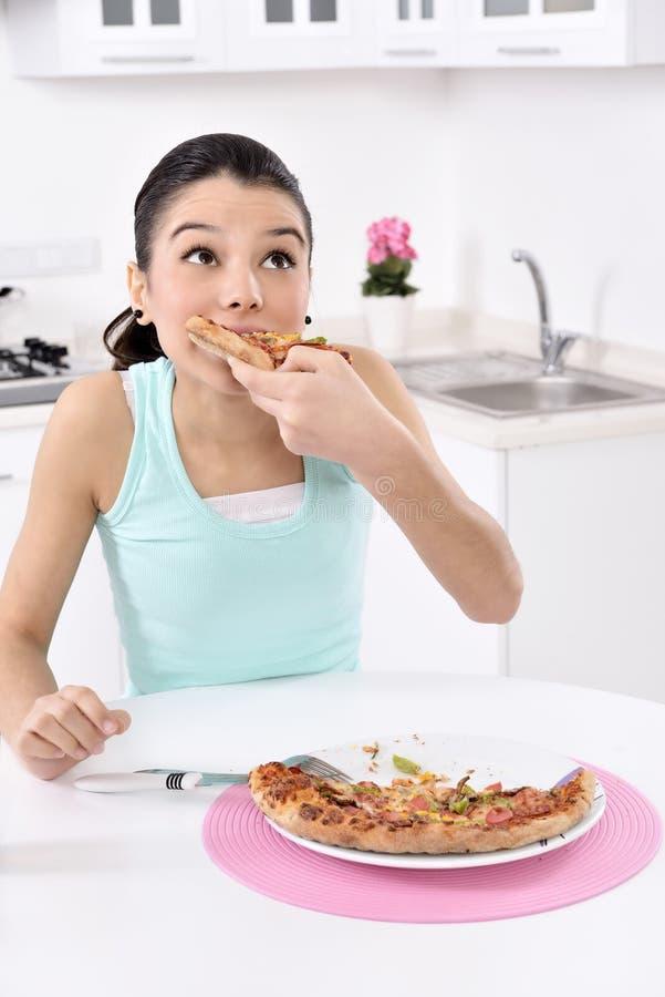 Frau mit Pizza lizenzfreies stockfoto