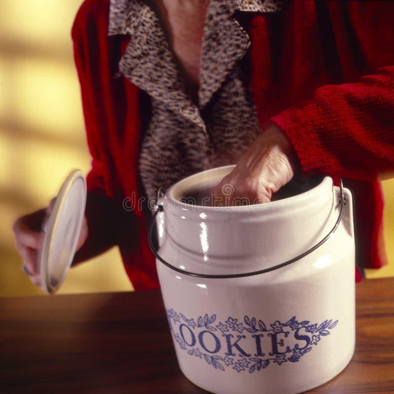 Frau mit Plätzchenglas lizenzfreie stockbilder