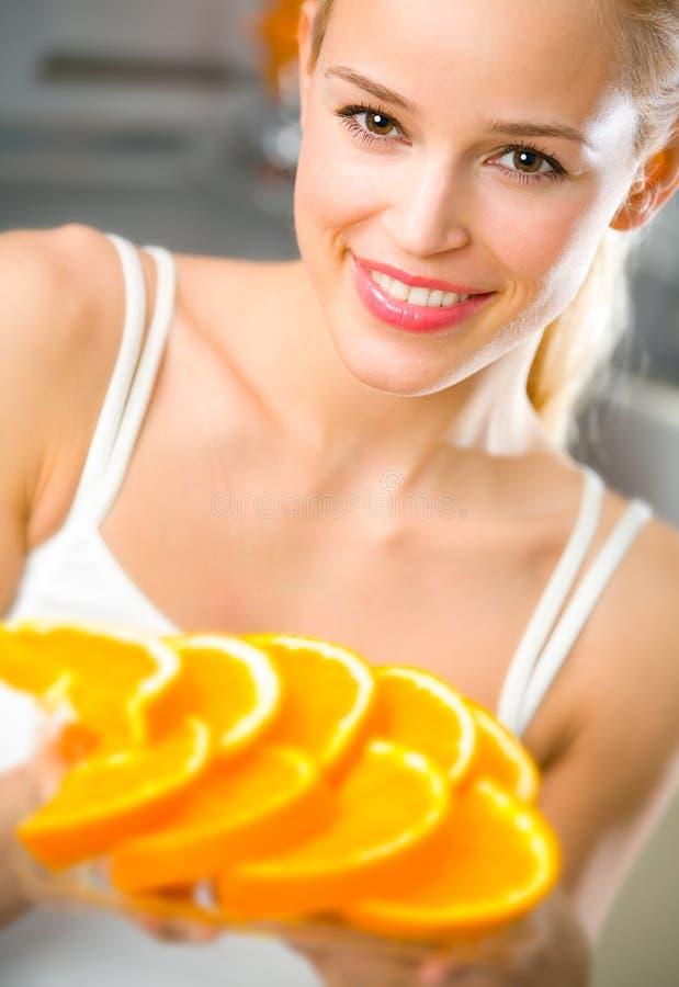 Frau mit Platte der Orange lizenzfreie stockfotos