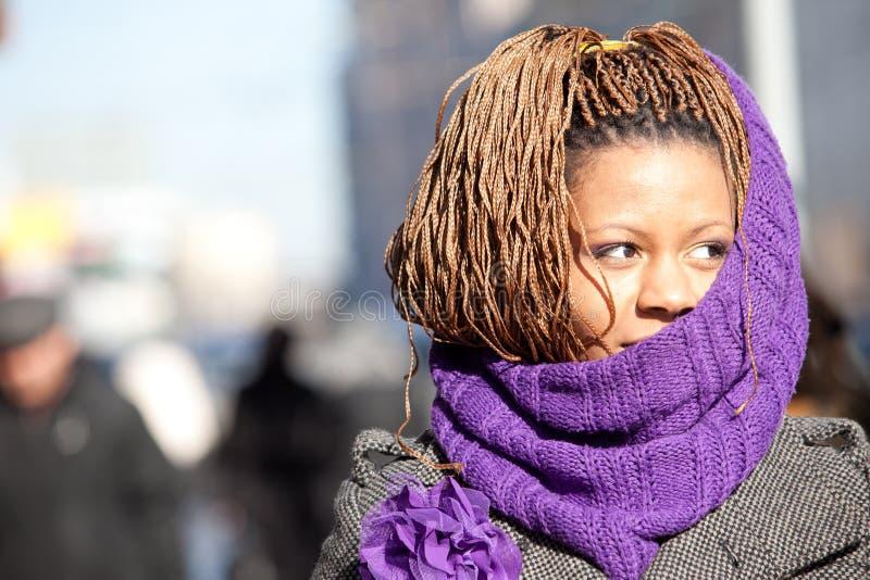 Frau mit purpurrotem Schal lizenzfreie stockbilder