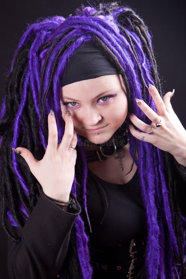 Frau mit purpurroten Dreadlocks stockfotos