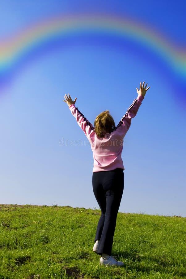 Frau mit Regenbogen lizenzfreie stockfotografie