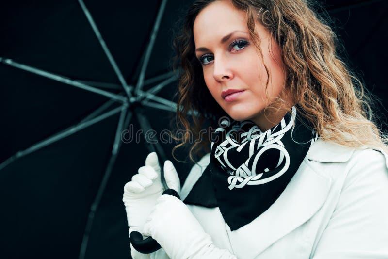 Frau mit Regenschirm. lizenzfreie stockfotos