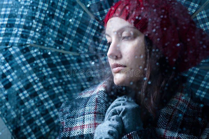 Frau mit Regenschirm stockfotos