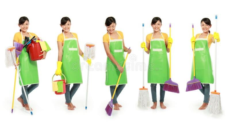 Frau mit Reinigungshilfsmittel stockfoto