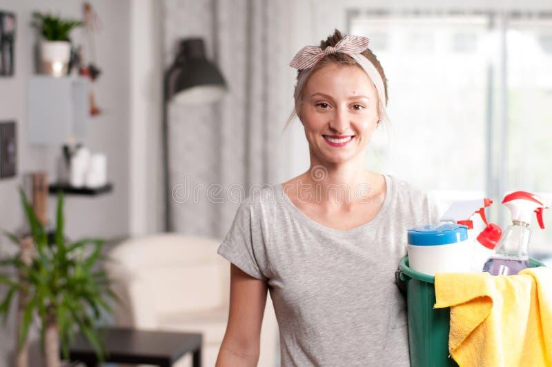Frau mit Reinigungsmittel lizenzfreie stockbilder