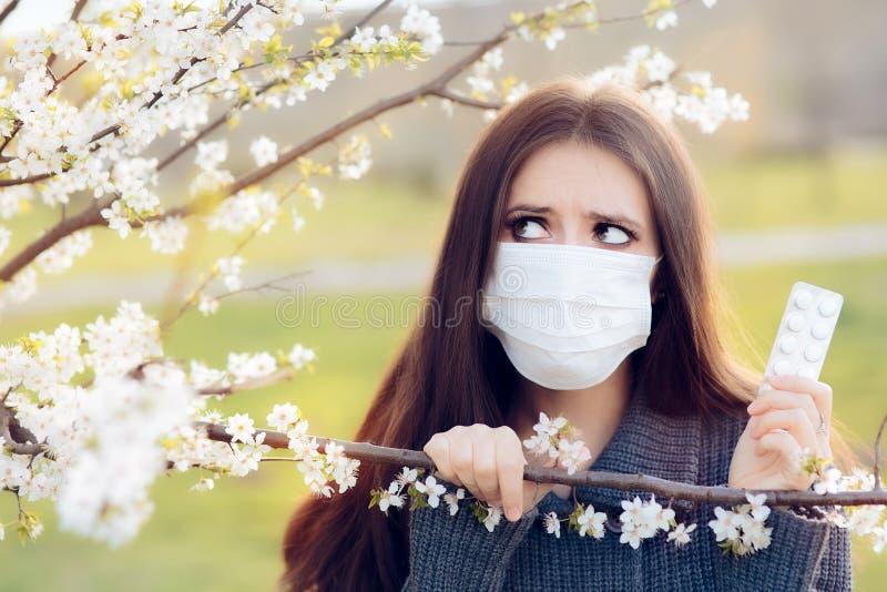 Frau mit Respirator-Masken-den kämpfenden Frühlings-Allergien im Freien stockfotos