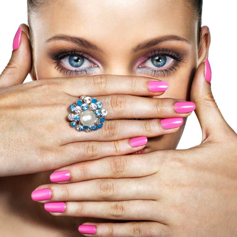Frau mit Ring lizenzfreies stockbild