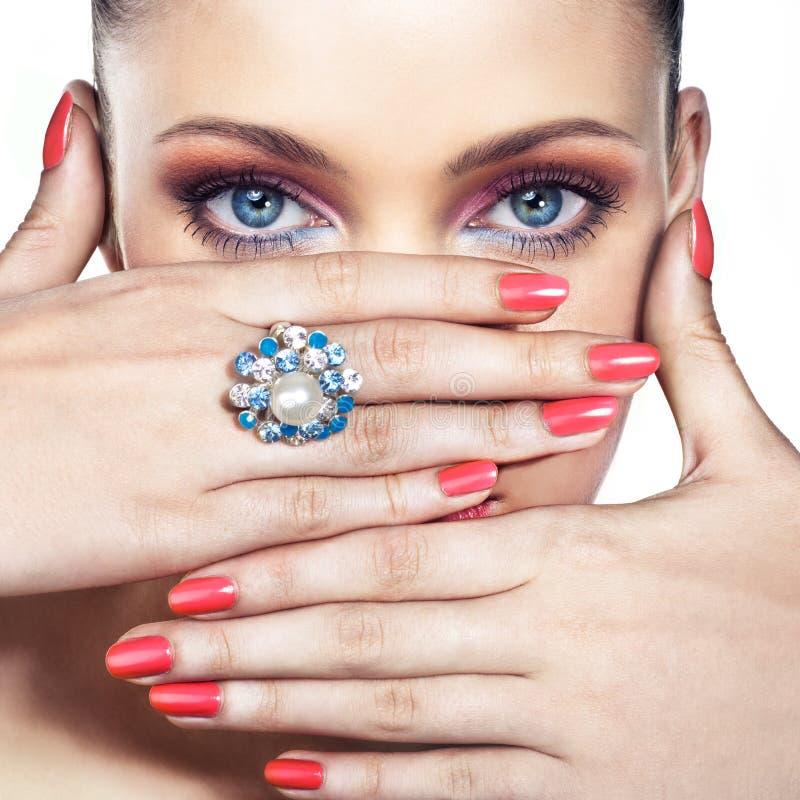 Frau mit Ring stockbild