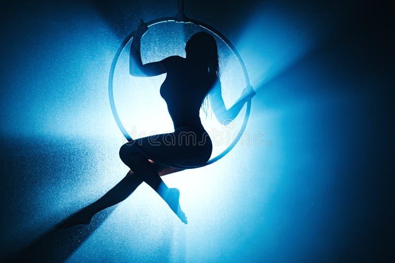 Frau mit Ring stockbilder