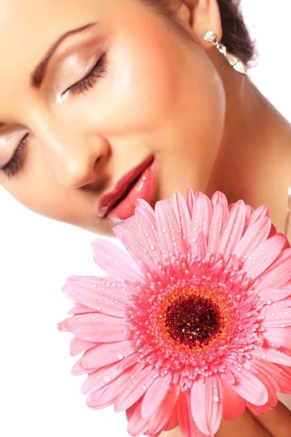 Frau mit rosa gerber Blume lokalisiert auf Weiß stockbilder