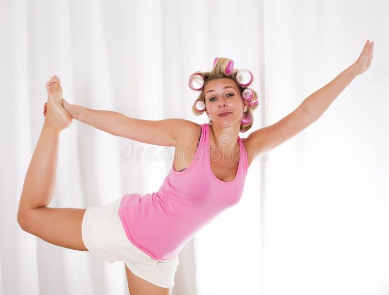 Frau mit rosa Lockenwicklern tanzt lizenzfreie stockbilder