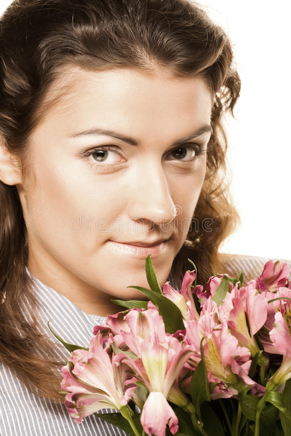 Frau mit rosafarbenen Blumen lizenzfreie stockfotos