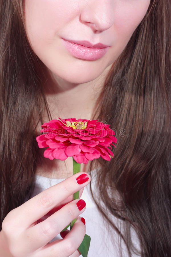 Frau mit rosafarbener Blume lizenzfreie stockbilder
