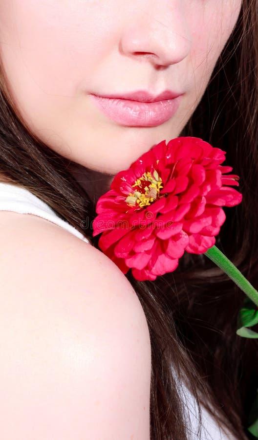 Frau mit rosafarbener Blume stockfoto