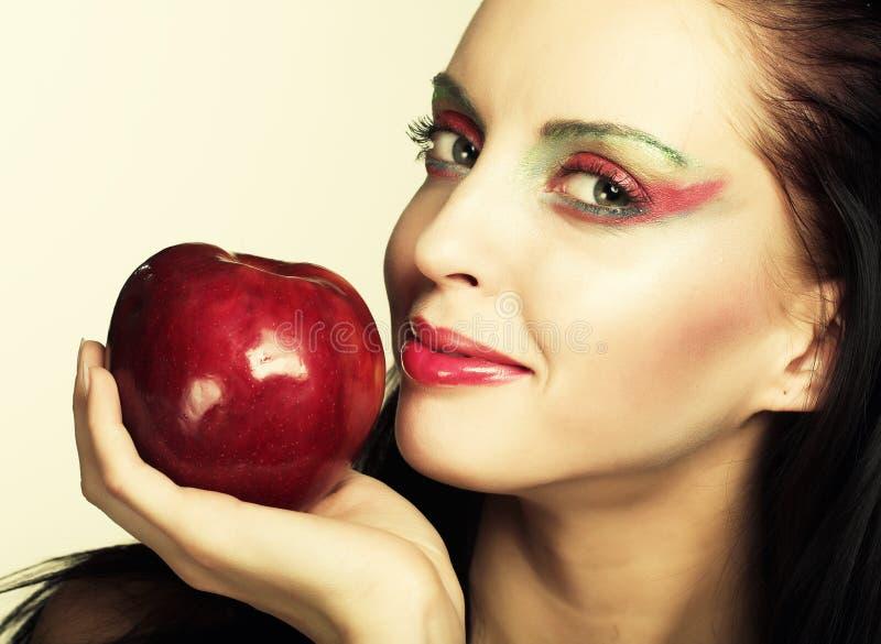 Frau mit rotem Apfel stockfoto