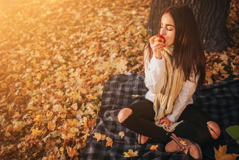 Frau mit rotem Apfel im Herbstpark lizenzfreies stockbild