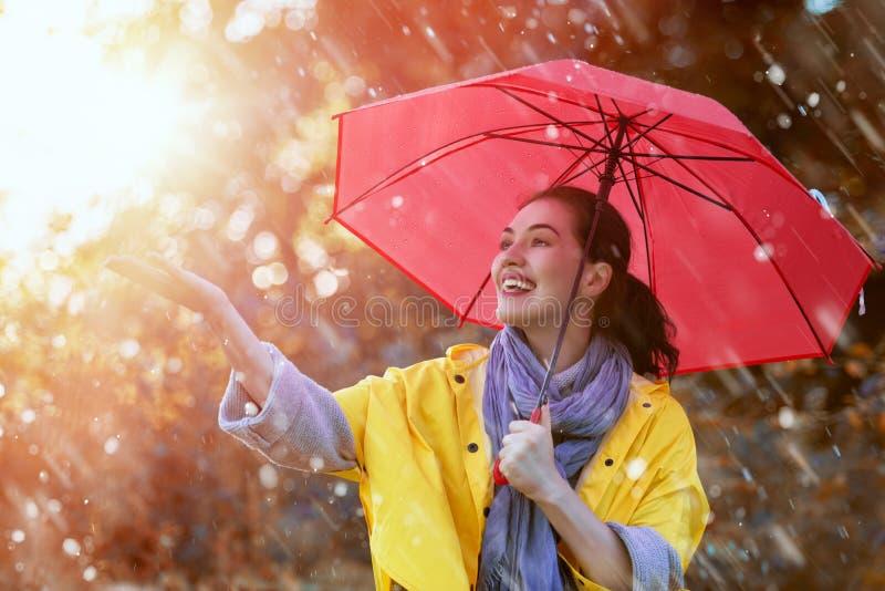 Frau mit rotem Regenschirm lizenzfreies stockbild