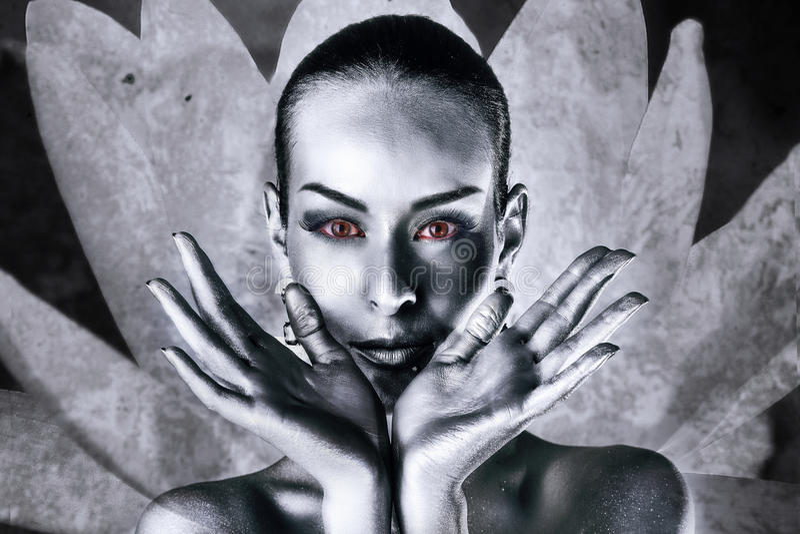 Frau mit roten Augen in einer Lotosblume stockbilder